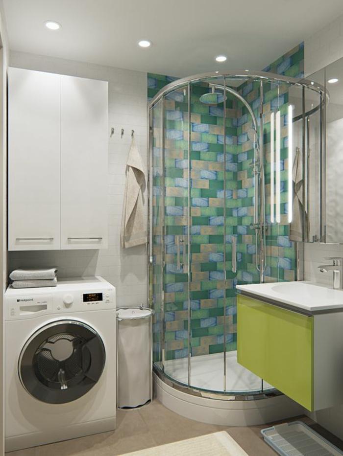 amenagement salle de bain, douche italienne avec mur en mosaïque en vert pastel, vert herbe et rose, lave-linge, meuble colonne rangement en blanc , meuble suspendu pour le lavabo en réséda et blanc