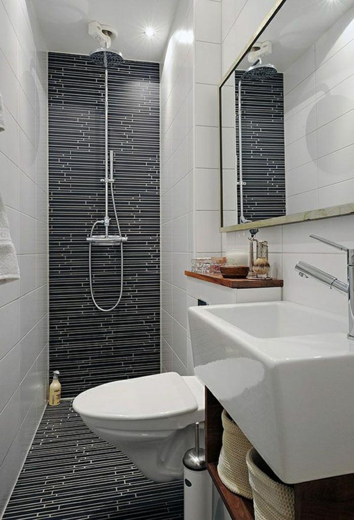 salle de bain 5m2, douche avec mur en mosaïque en bleu et blanc, lavabo carré blanc, meuble wc suspendu blanc design moderne, miroir mural rectangulaire, carrelage mural en blanc