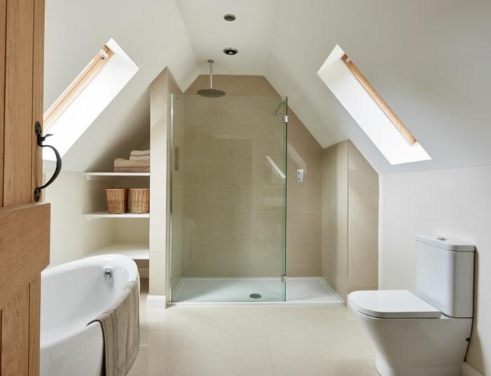 décoration blanche de salle de bain attique, étagère sur mesure, panier en rotin, douche gagne d'espace