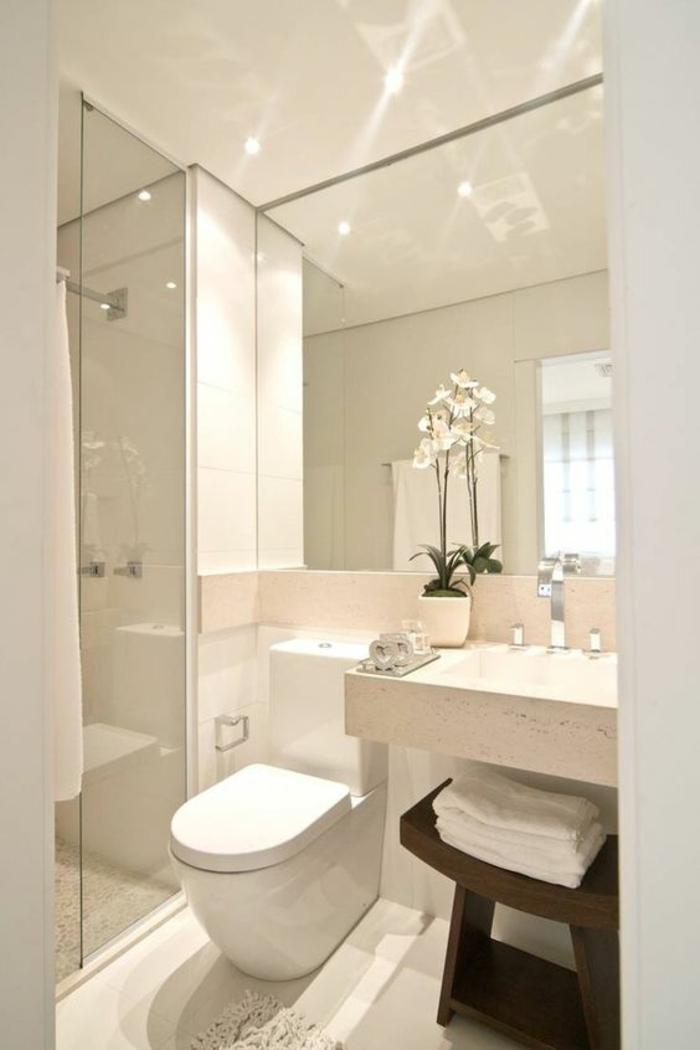 salle de bain 5m2, salle de bain 6m2 carrelage couleur ivoire, plafond en ivoire, tabouret porte-linge en bois couleur marron, grand miroir fortement illuminé