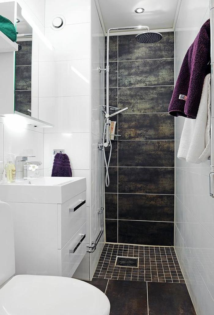 murs blancs et zone douche en carrelage mural et sol en marron aux nuances vertes et jaunes, amenagement salle de bain, meuble rangement blanc avec poignées en métal couleur argent