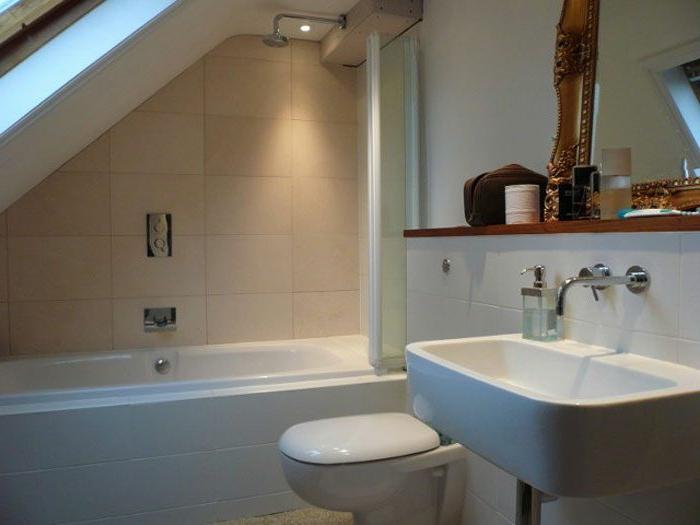 baignoire blanche, vasque flottante, miroir mural, carrelage mural blanc, baignoire sur mesure