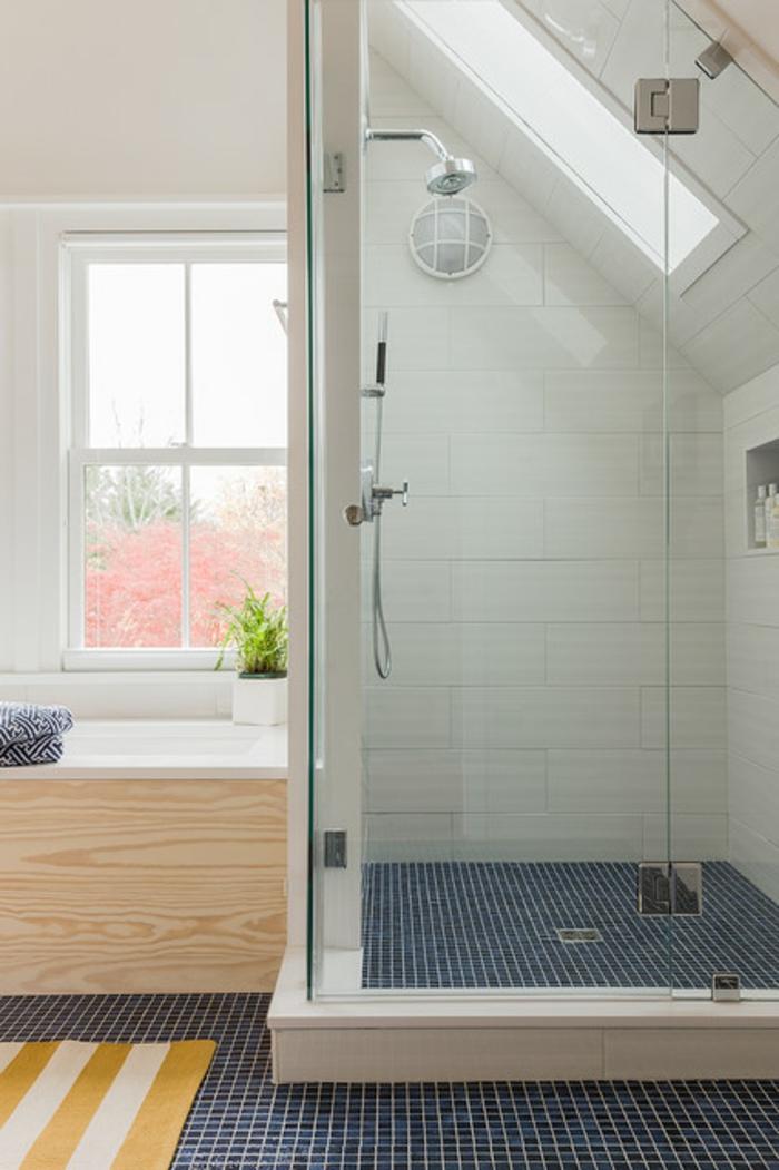 cabine de douche carrelage blanc, sol en tuiles mosaiques, fenêtre lumineuse