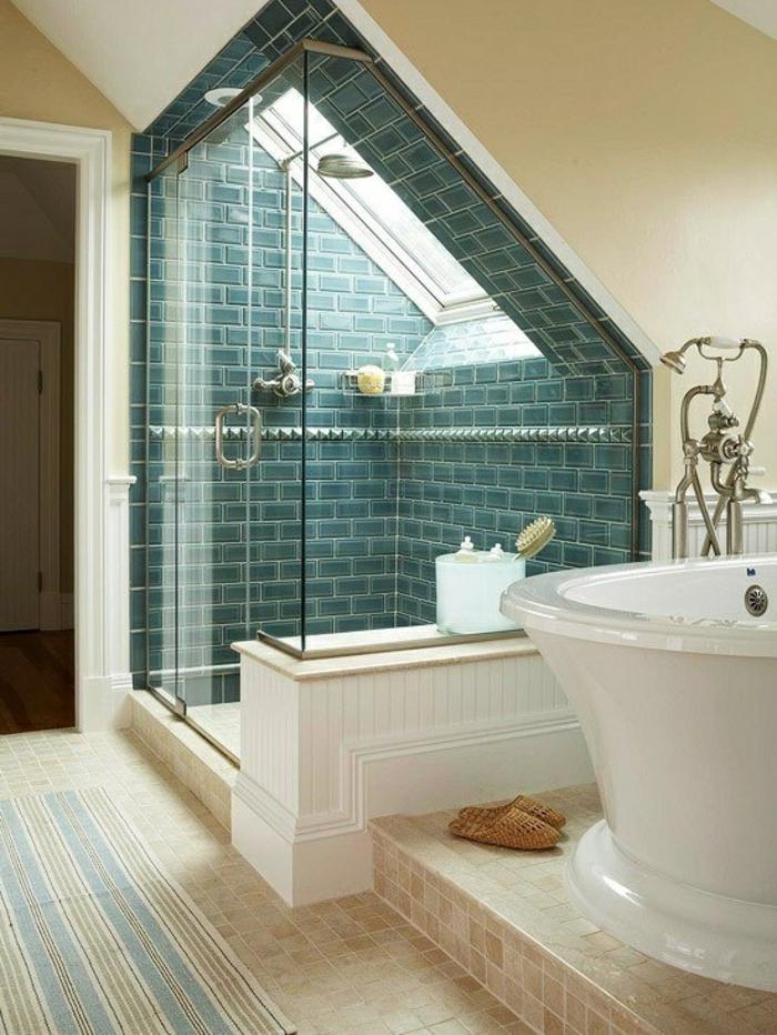 carrelage et peinture beige, carreaux métro verts, baignoire en céramique, robinets vintage, salle de bain mansardée