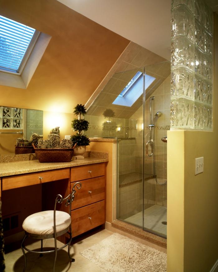 cabine de douche sous pente, meuble avec tiroirs, peinture murale jaune
