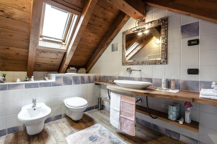 jolie salle de bain, carrelage blanc, comptoir flottant en bois, miroir avec encadrement