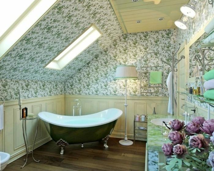 salle de bain mansardee campagne chic, papiers peints motifs vintage, déco vert clair