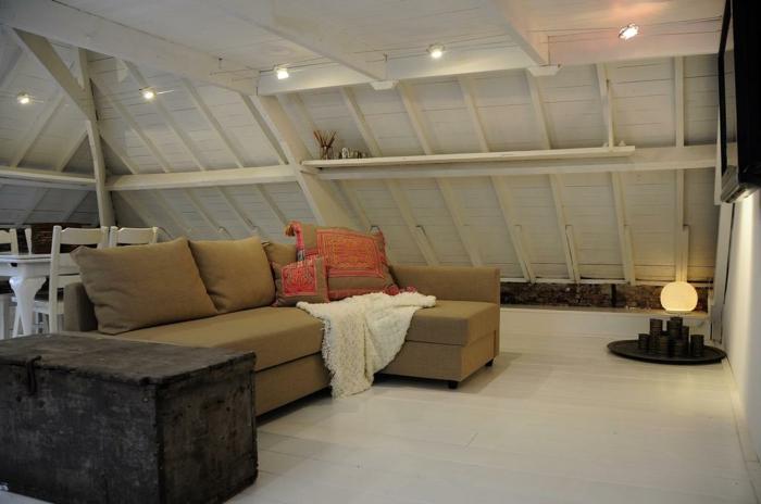 idée déco pour l'amenagement combles uniques, sofa moutarde, murs en lattes de bois, sol blanc, grande valise vintage