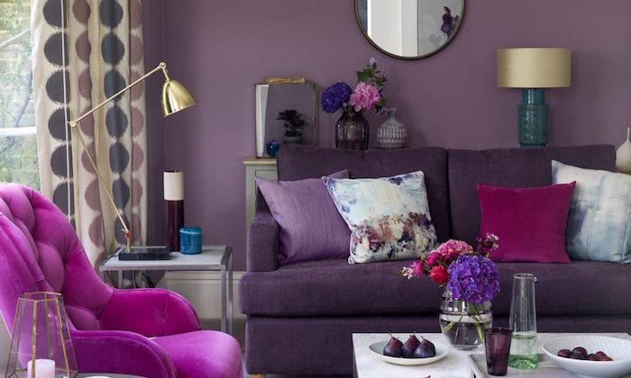 déco de salon avec mur mauve. décorer séjour avec canape violet et fauteuil fuchsia