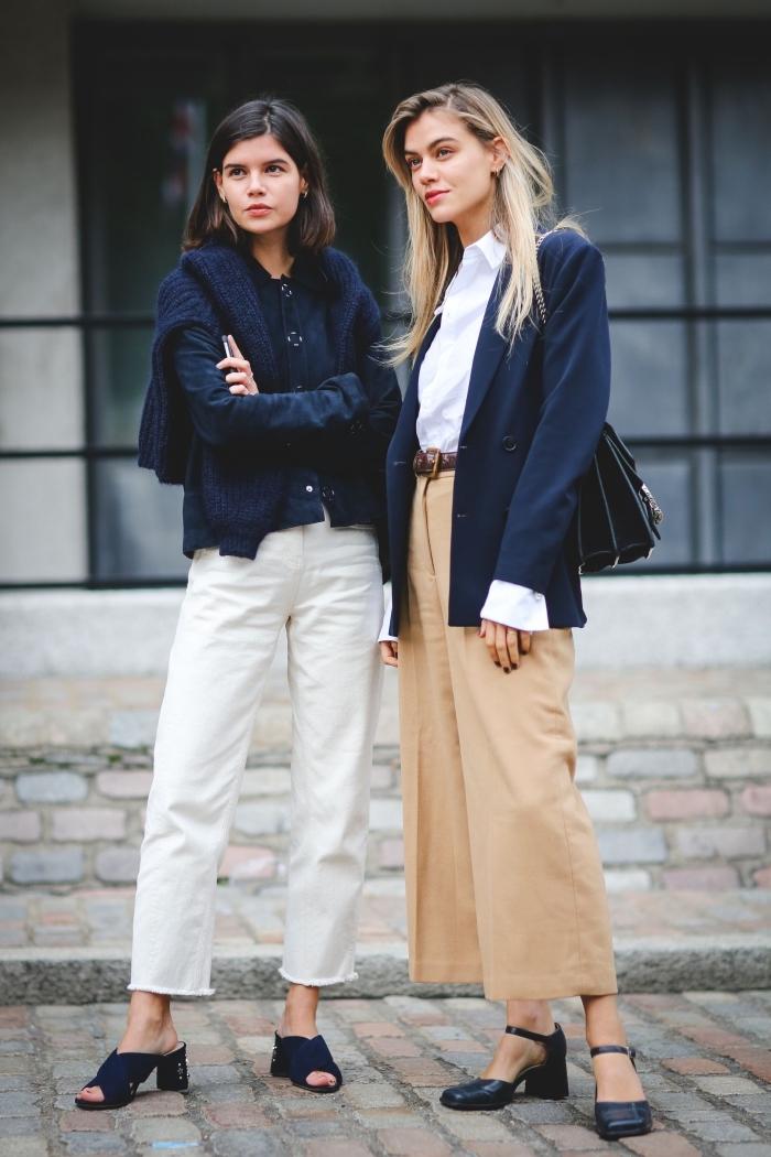 pantalon fluide femme habillé en beige avec ceinture cuir marron combiné avec chemise blanche et blazer homme bleu foncé