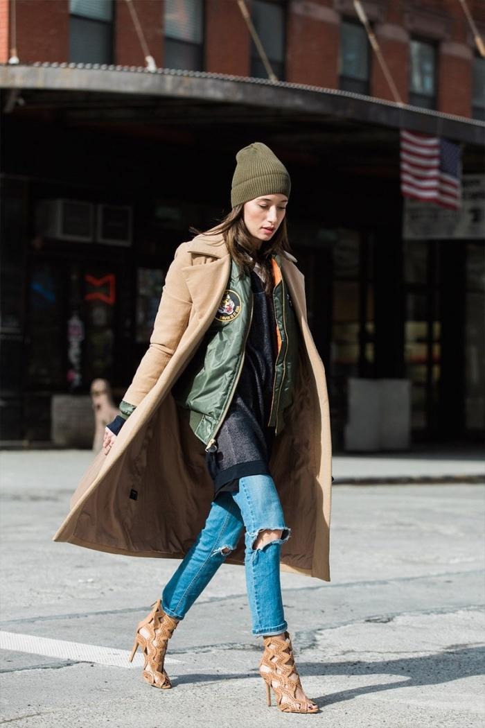 look urbain chic en jeans troués avec bomber et bonnet vert combinés avec une paire de sandales gladiateur beige