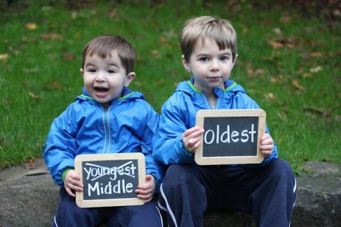 deux frères qui attendent leur dernier frère et qui sont heureux, comment annoncer sa grossesse