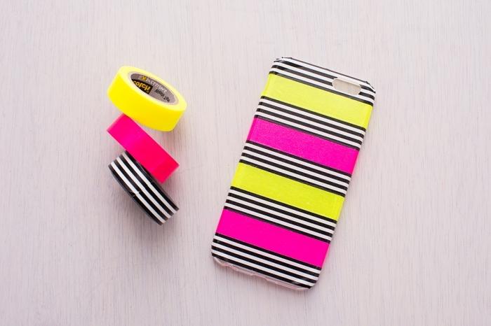 exemple de coque portable personnalisée avec ruban adhésif à différentes couleurs jaune et rose, modèle de coque diy