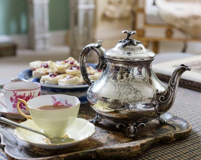 cadeau pour la fete grand mere, service de style vintage avec tasse de café blanche à design fleur rose et poignée dorée