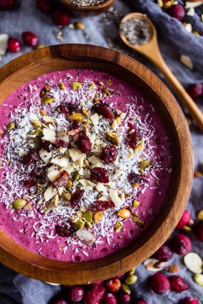 idée pour un smoothie bowl recette santé aux fruits rouges, aux cannebergges séchées et au lait d'amande