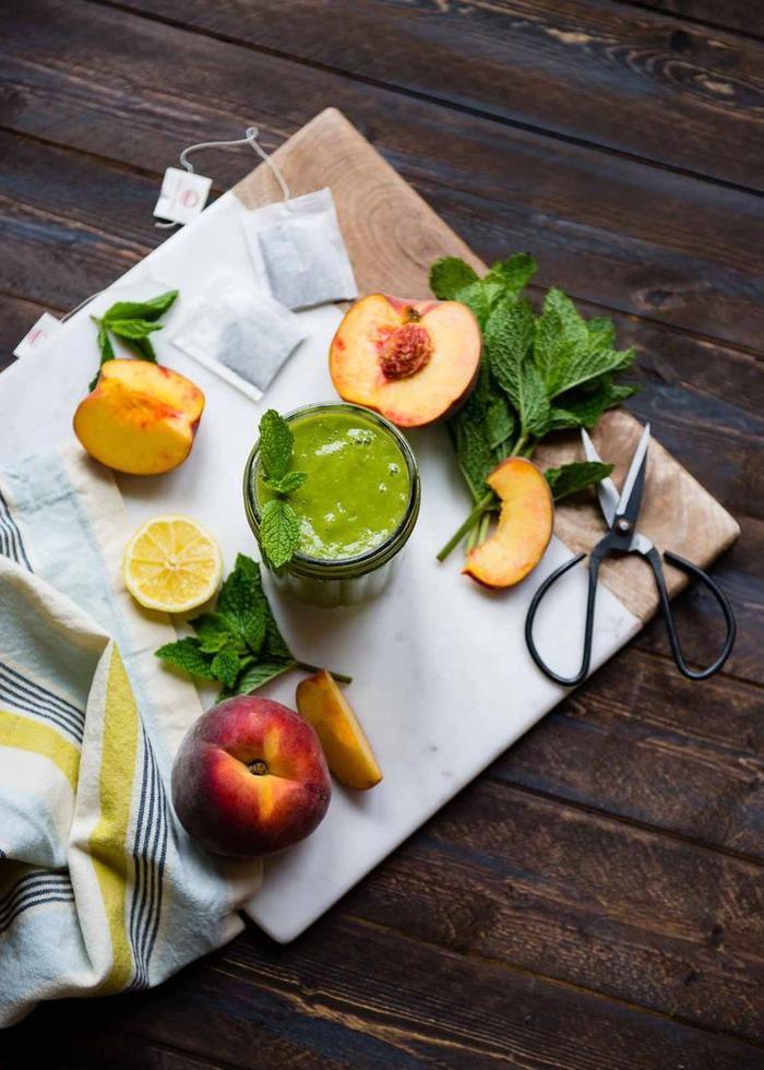 idée originale pour un smoothie recette simple au thé vert, pêches, pomme verte et jus de citron