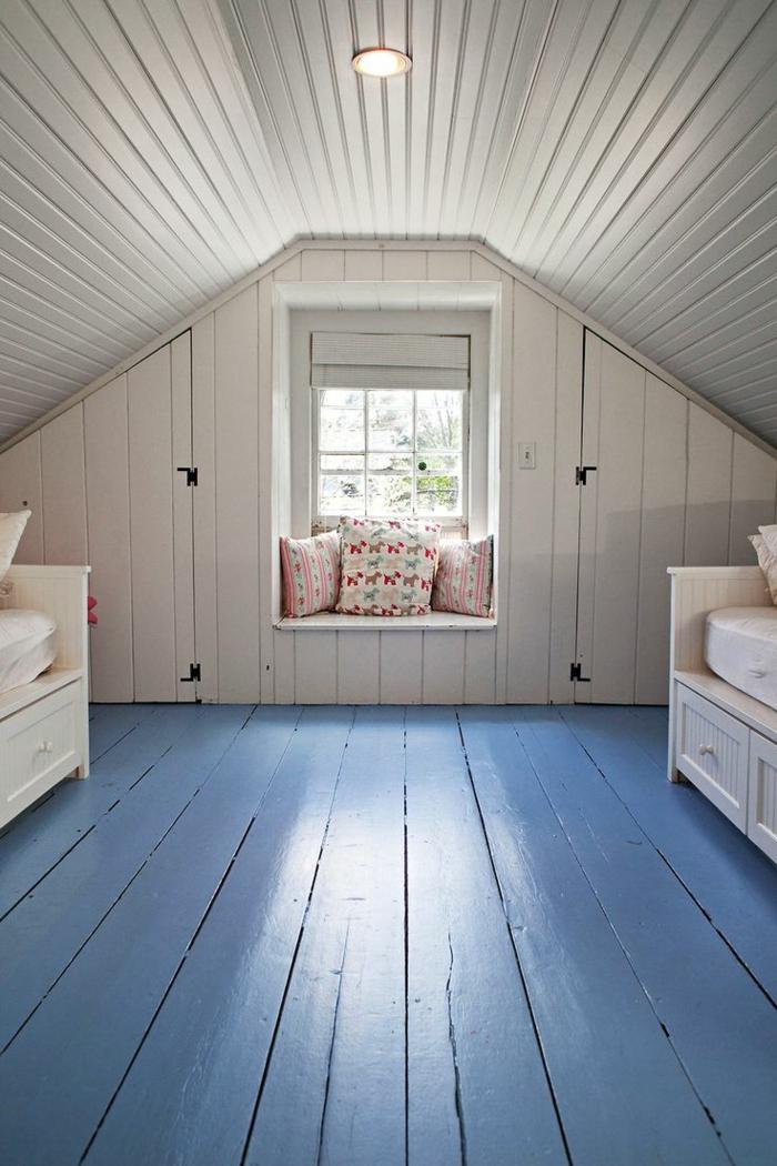 chambre aménagée, plafond en lattes de bois, sol en planches peintes bleues