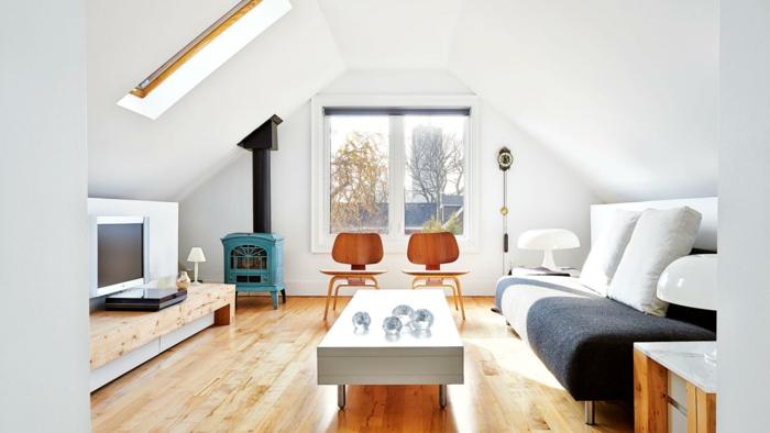 pièce blanc et sol en bois, séjour sous les combles, table blanche rectangulaire, sofa gris, meuble de tv bas