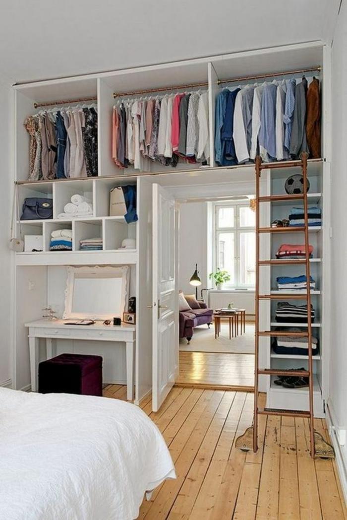 parquet beige, étagères blanches, casiers type niches pour ranger les vêtements, déco chambre étudiant, bureau en blanc, grand lit, espace en blanc