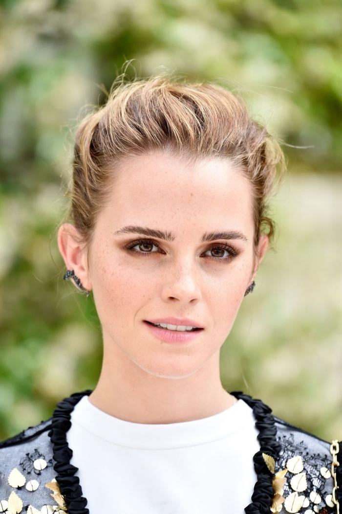 conseil maquillage pour arborer de jolis sourcils d'une allure naturelle, emma watson et ses sourcils droits qui conviennent parfaitement à son grand front
