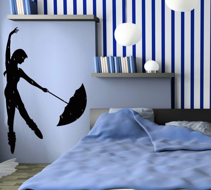 décorer la chambre à coucher avec un sticker mural, peinture murale blanche avec rayures bleues, lampes boules pendantes