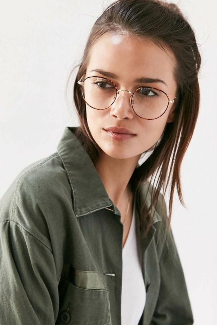 jeune fille en veste kaki, lunettes morphologie visage, look cool, étudiante, montures délicates et fines en couleur marron et beige, lunette tendance