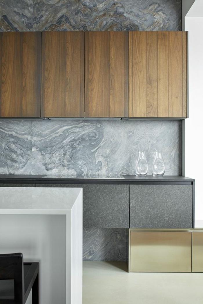renover sa cuisine, cuisine repeinte, crédence et mur aux motifs marbrés en gris et blanc, sol en dalles blanches, meubles gris clair