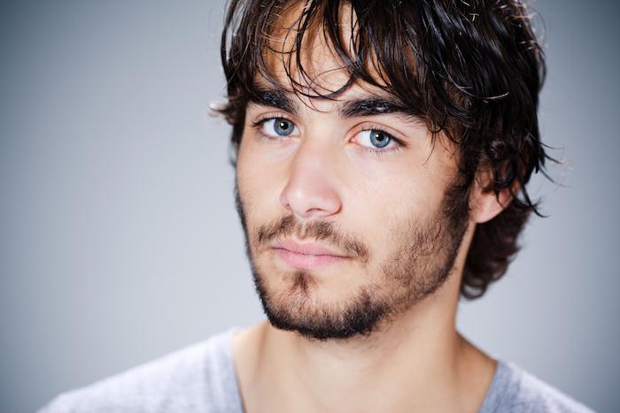 van dyke et morphologie visage oblong avec barbe irrégulière courte clairsemée