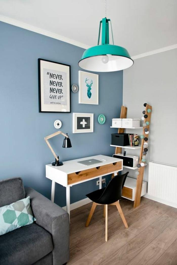 mur en bleu pastel, luminaire en style industriel en métal bleu turquoise, déco chambre étudiant, fauteuil en lila, bureau en blanc, chaise en plastique noire et pieds en bois couleur claire