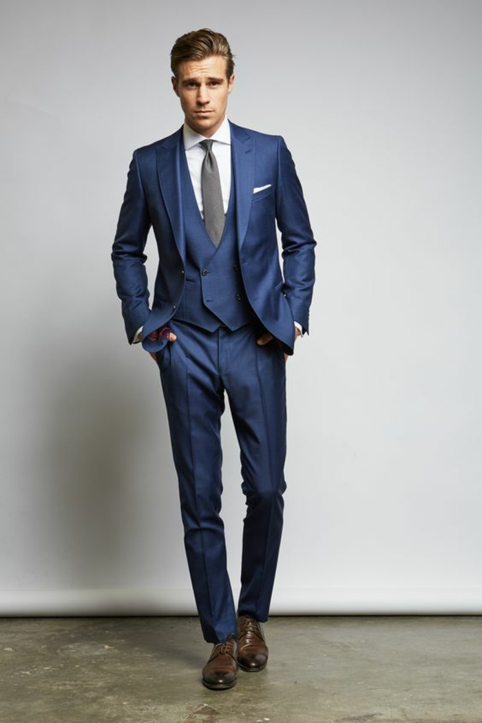 chaussures marron clair, costard bleu, chemise blanche, mouchoir blanc, cravate grise, gilet bleu roi, costume 3 pièces homme