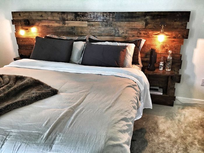 modele de tete de lit a faire soi meme en planches de bois avec lampes montées, linge de lit gris et blanc, tapis moelleux