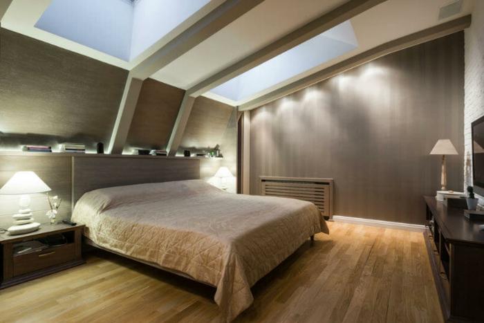 aménagement de chambre sous les combles, étagère murale, plafond original, lampes encastrées