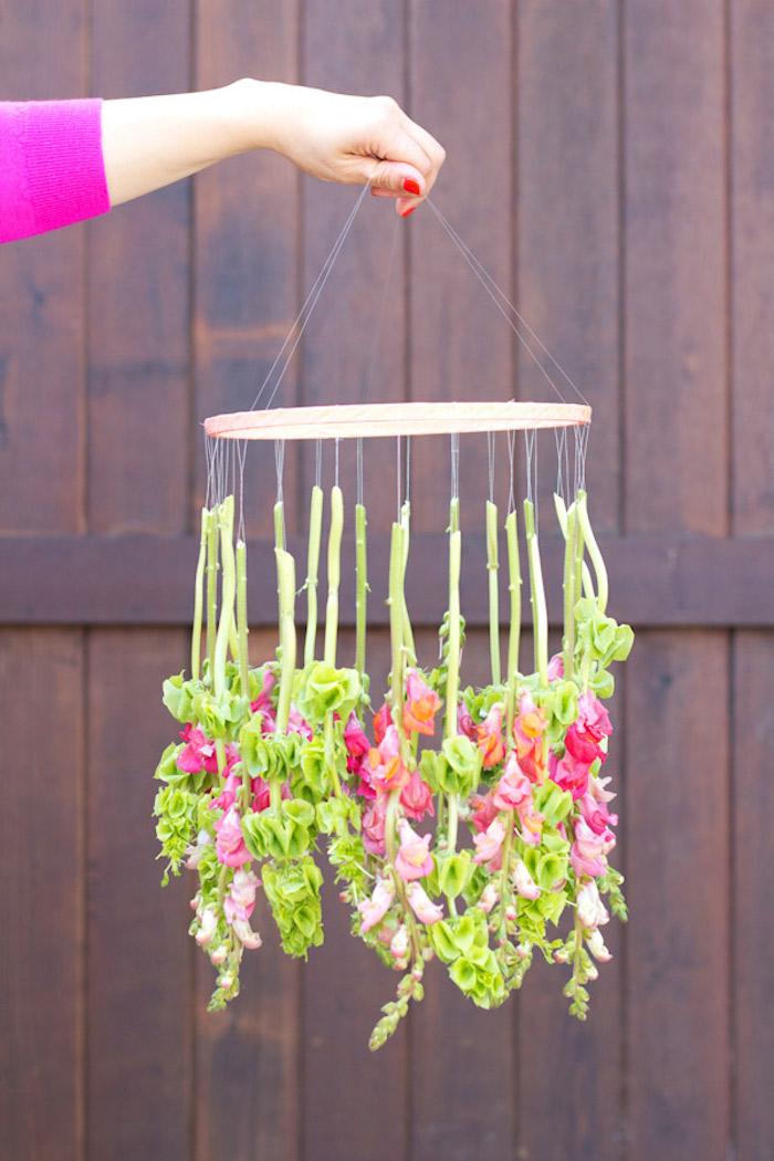 activité manuelle facile et rapide, une suspension en anneau de bois avec des chutes de fleurs, deco printaniere
