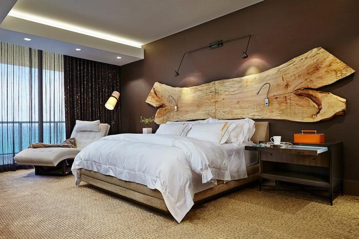 tête de lit en bois, tapis en matière naturelle, mir marron, lampes encastrées au plafond, grande fenêtre