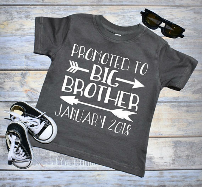 t shirt annonce grossesse, lunettes de soleil et sneakers bébé, promotion pour grand frère