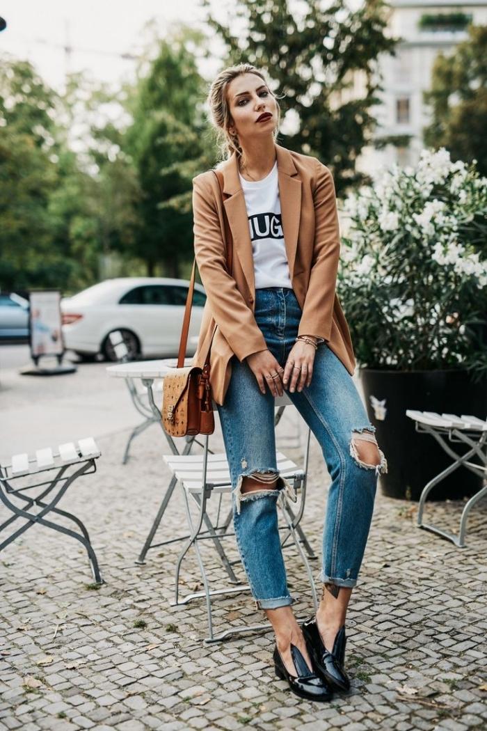 look moderne en cheveux attachés et maquillage avec rouge à lèvre foncé combiné avec une tenue en jeans troués et t-shirt blanc femme