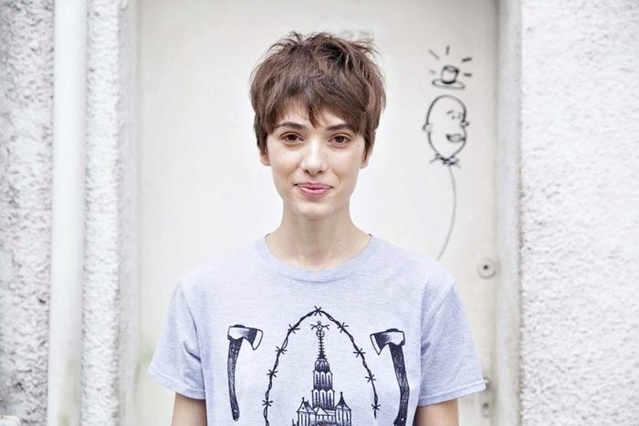 coiffure femme courte avec frange asymétrique et pattes devant les oreilles, modèle de t-shirt original gris pour femme