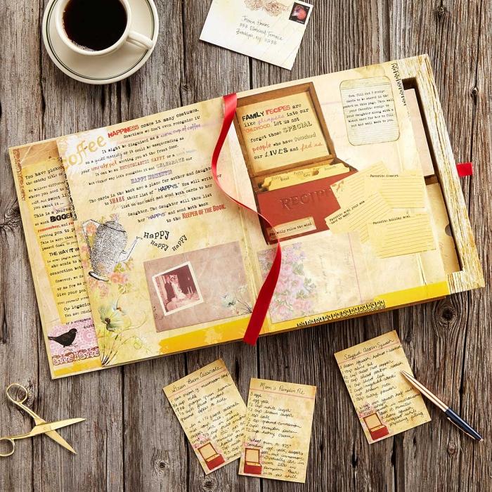 livre de recettes familiales avec dessins et aux pages jaunes de style vintage avec une tasse de café blanche