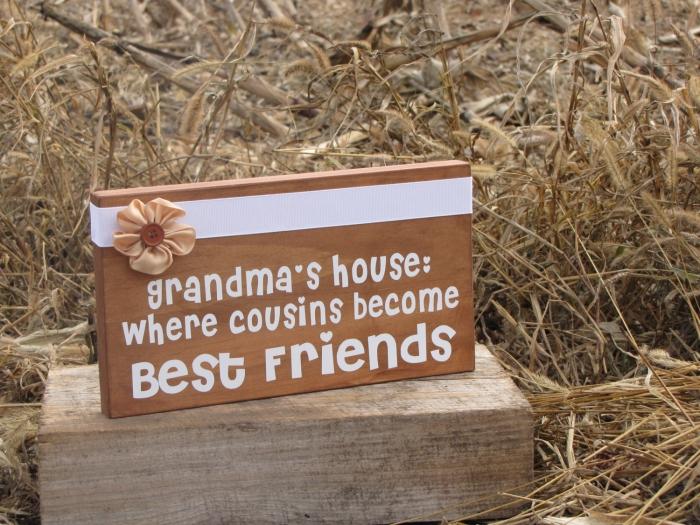 tableau de bois aux lettres doux pour la grand-mère et un ruban blanc avec fleurs en tissu beige et bouton marron