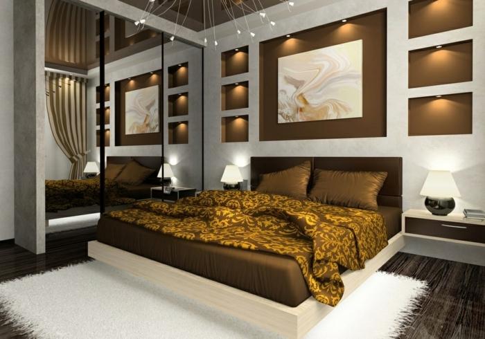 sol en planches de bois, tapis blanc, couverture de lit moutarde, éclairage mural esthétique, miroir géant
