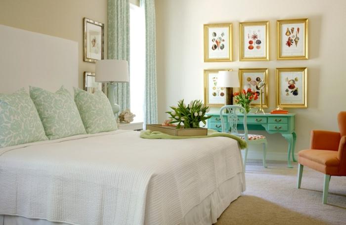 chambre à coucher en couleurs claires, table coiffeuse turquoise, fauteuil orange