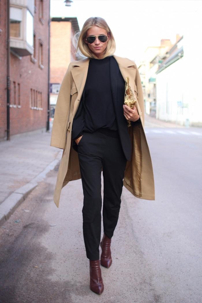look total noir en chemise pantalon et blazer femme combiné avec manteau long camel et bottines de cuir marron foncé
