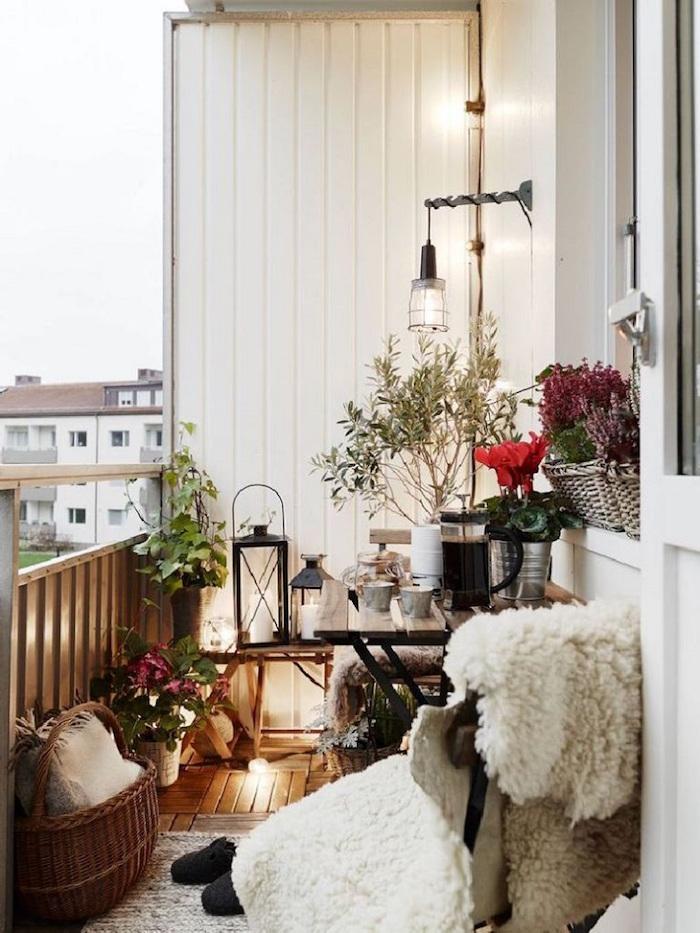 aménagement d'un balcon cosy, déco terrasse scandinave avec bois et plantes