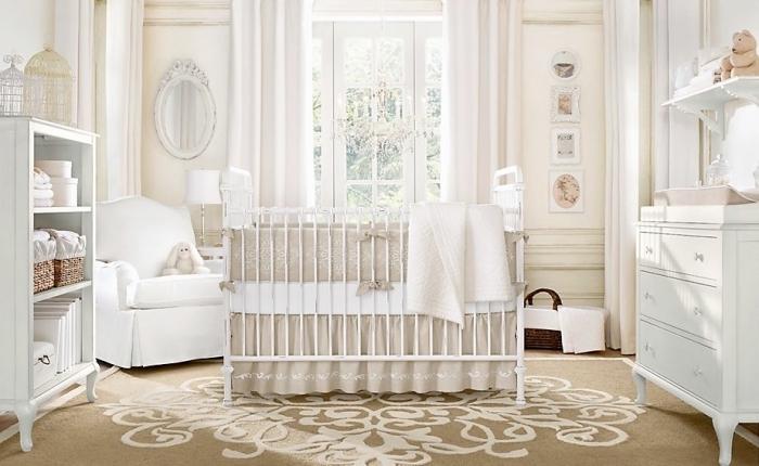 style vintage et shabby chic dans le design intérieur, chambre bébé garçon ou fille avec meubles blanc et beige