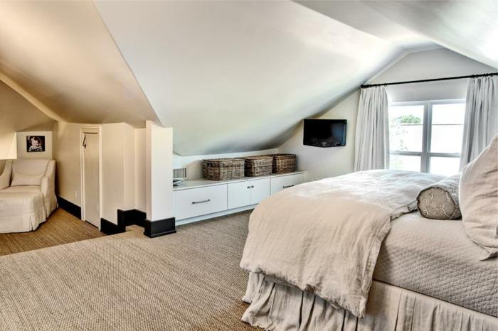 tapis beige, linge de lit beige, placard blanc en longueur, petit fauteuil mis sous la pente