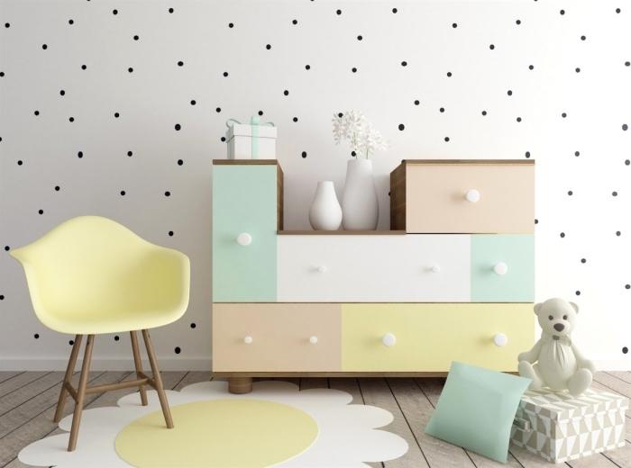 aménagement de la chambre bébé garçon ou fille avec accessoire de couleurs pastel, modèle d'armoire originale de bois peints en pastel, murs habillés en papier blanc et noir