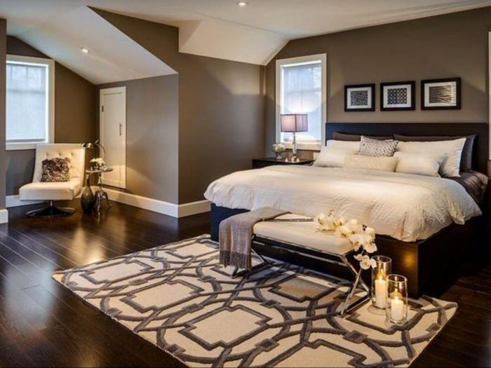 chambre en couleur crème et gris, mur taupe, tapis géométrique, plancher en bois