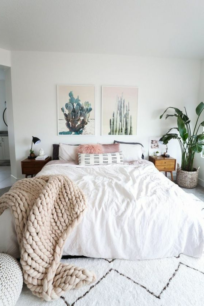 tapis marocain, plaid tricoté, lit en blanc, peintures de cactus, pots de fleurs