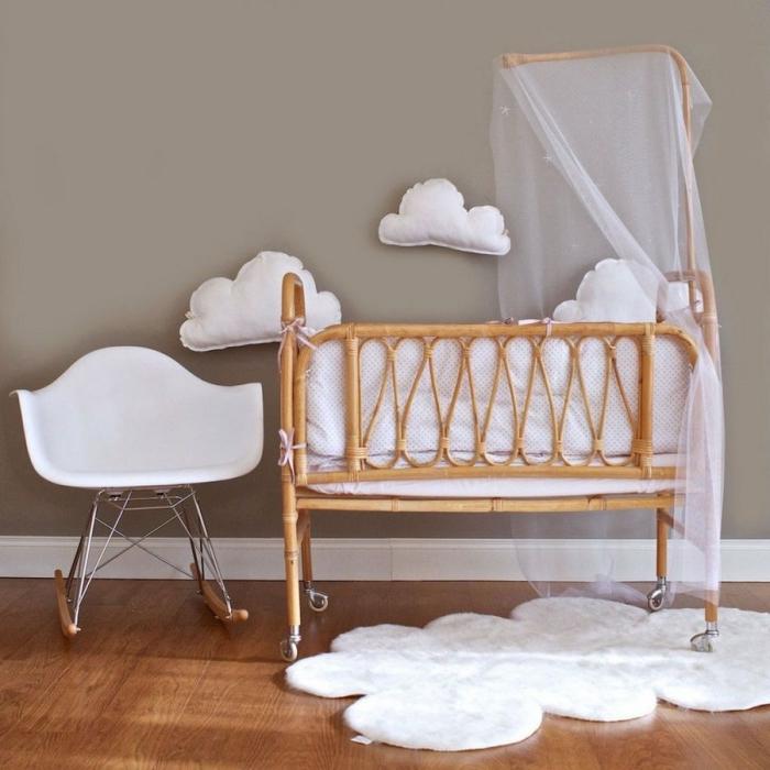 exemple déco de la chambre bébé aux murs taupe avec accessoires blancs et lit à barreaux de bois clair, idée déco chambre bébé mixte