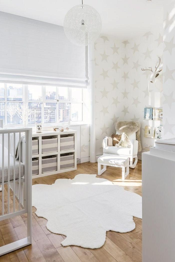 aménagement pratique dans la pièce nouveau-né aux murs blancs avec parquet de bois, deco chambre blanche avec meubles de bois